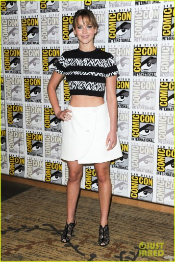 jennifer-lawrence-debuts-catching-fire-trailer-at-comic-con-01
