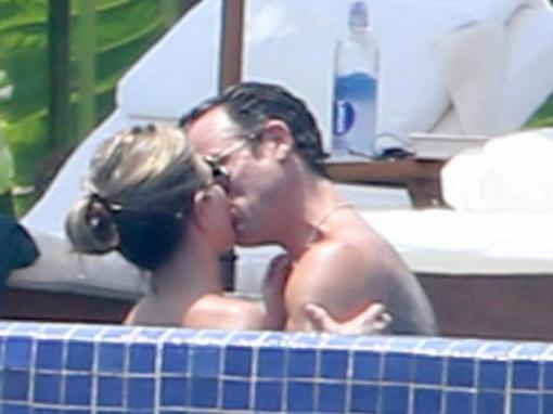 jennifer-aniston-and-justin-theroux-share-passionate-kiss-during-romantic-mexico-getaway