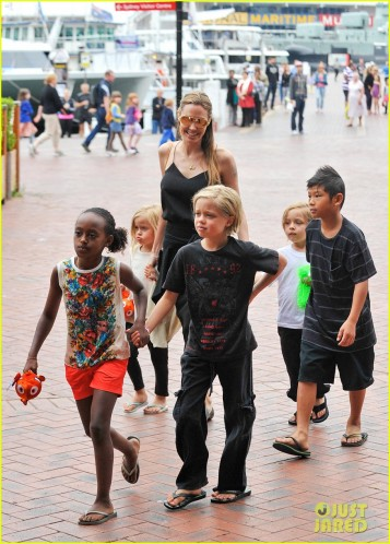 Angelina Jolie and her kids visit the Sea Life Sydney Aquarium! **USA ONLY**
