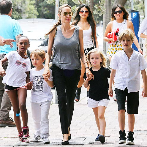 angelina-jolie-goes-book-shopping-with-the-kids-in-sydney-08