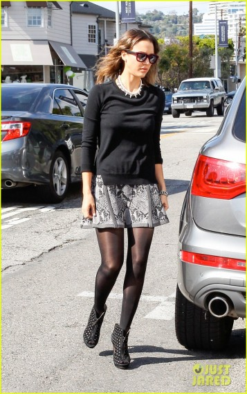 Jessica Alba is a Chic Shopper **USA ONLY**