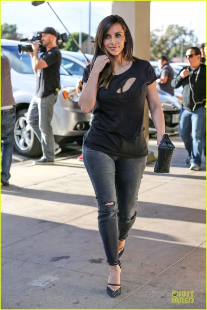 kim-kardashian-bares-cleavage-in-black-cut-out-shirt-10