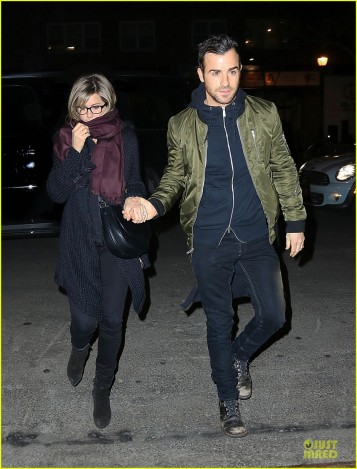 jennifer-aniston-justin-theroux-hold-hands-on-nyc-night-03