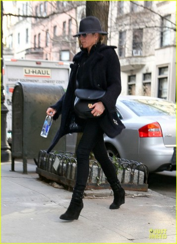 jennifer-aniston-uses-fedora-to-blend-in-with-nyc-05