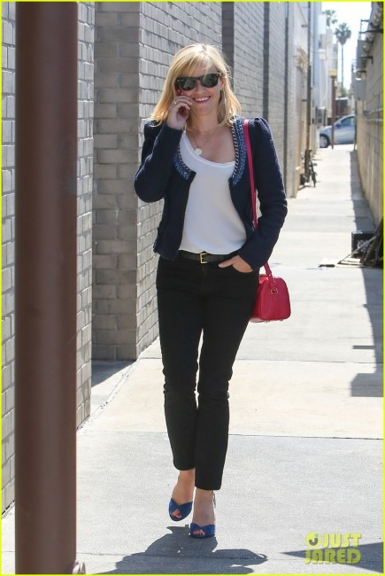 Reese Witherspoon Chats On Her Phone