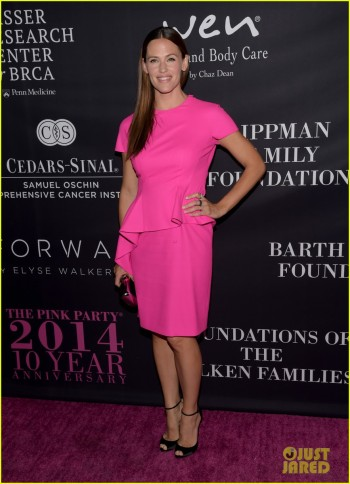 jennifer-garner-dresses-perfectly-to-host-the-pink-party-12