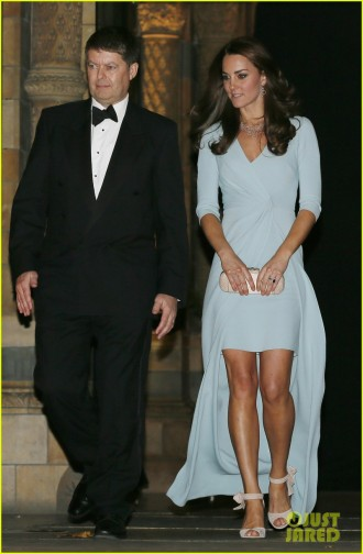 kate-middleton-hides-baby-bump-with-clutch-05
