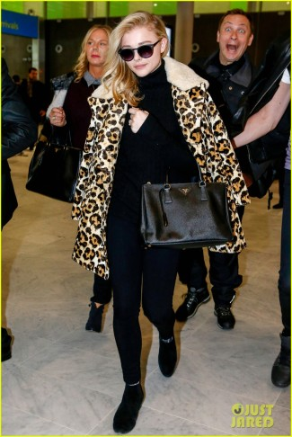 chloe-moretz-makes-fierce-landing-in-paris-01