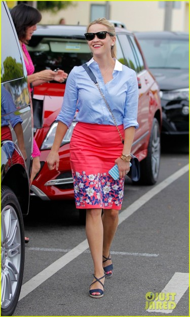 Reese Witherspoon looks Pretty in Pink **USA ONLY**